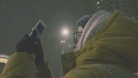 Vrouw die Beelden op Smartphone nemen 4K Meisje die van het seizoen van de de wintervakantie genieten stock videobeelden