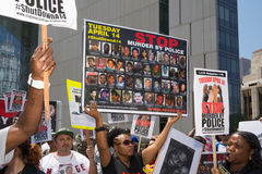 Vrouw die beelden van mensen moord door politie tonen Stock Foto