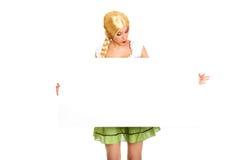Vrouw die Beierse kleding dragen die lege banner houden Stock Fotografie