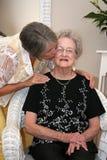 Vrouw die Bejaarde Moeder kust Stock Fotografie