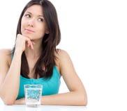 Vrouw die bereid om glas water te drinken wordt Stock Foto