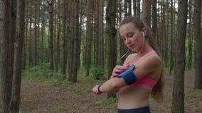 Vrouw die bereid te lopen worden stock footage