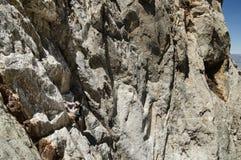 Vrouw die Berg beklimmen Royalty-vrije Stock Fotografie