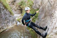 Vrouw die bergen beklimmen Royalty-vrije Stock Foto's