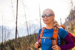 Vrouw die in bergen wandelt Stock Foto's