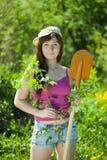 Vrouw die bes in tuin planten stock fotografie