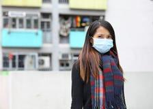 Vrouw die beschermend gezichtsmasker dragen Royalty-vrije Stock Afbeelding
