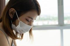 Vrouw die beschermend gezichtsmasker wegens luchtvervuiling in de stad dragen Sluit omhoog Aziatisch vrouwelijk dragend masker en stock afbeeldingen