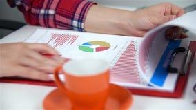 Vrouw die Beursstatistieken controleren stock footage