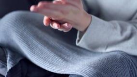 Vrouw die bevochtigende room voor lichaamsverzorging gebruiken stock video