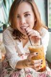 Vrouw die bevroren koffie drinken. Royalty-vrije Stock Fotografie