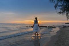 Vrouw die bij alleen kust lopen Royalty-vrije Stock Afbeelding