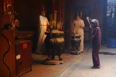 Vrouw die bij Boeddhistische tempel in Ho Chi Minh City bidden Stock Afbeelding