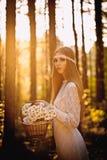Vrouw die bij bos loopt stock fotografie