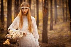 Vrouw die bij bos loopt royalty-vrije stock afbeeldingen
