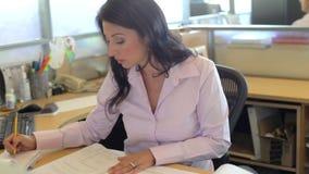 Vrouw die bij Bureau in Architectenbureau werken stock footage