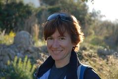 Vrouw die bij camera, portret in openlucht glimlachen stock afbeelding