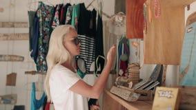 Vrouw die bij de Bazaar van Istanboel winkelen en Turkse traditionele herinneringstextiel kiezen stock footage