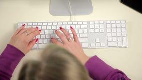 Vrouw die bij de computer werken stock videobeelden