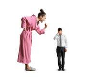 Vrouw die bij de kleine droevige mens gillen Stock Afbeeldingen