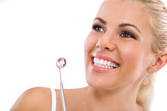 Vrouw die bij de tandarts zijn Stock Foto's