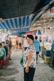 Vrouw die bij de Thaise markt van het straatvoedsel winkelen Royalty-vrije Stock Fotografie