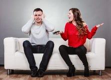 Vrouw die bij echtgenoot schreeuwen Bedriegende mens betrayal stock afbeelding