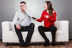 Vrouw die bij echtgenoot schreeuwen Bedriegende mens betrayal stock foto