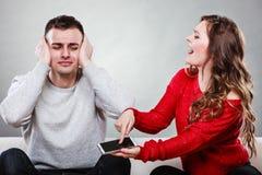 Vrouw die bij echtgenoot schreeuwen Bedriegende mens betrayal royalty-vrije stock fotografie