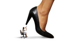 Vrouw die bij grote damewerkgever gillen Stock Foto's