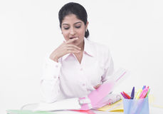 Vrouw die bij haar bureau werkt Stock Afbeeldingen
