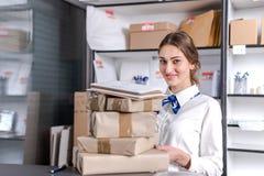Vrouw die bij het postkantoor werken Royalty-vrije Stock Afbeelding