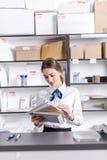 Vrouw die bij het postkantoor werken Royalty-vrije Stock Foto's