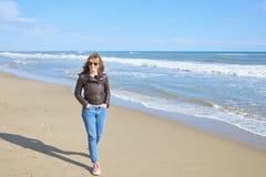 Vrouw die bij het strand lopen Stock Foto