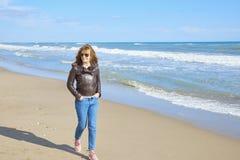 Vrouw die bij het strand lopen Stock Foto's