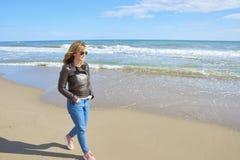 Vrouw die bij het strand lopen Stock Fotografie