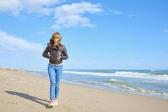 Vrouw die bij het strand lopen Royalty-vrije Stock Fotografie