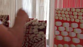 Vrouw die bij het weefgetouw werkt stock videobeelden
