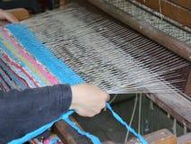 Vrouw die bij het weefgetouw werkt stock footage
