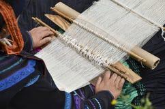Vrouw die bij het weefgetouw werkt Chinese nationale ambachten Royalty-vrije Stock Foto's