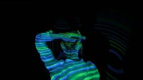 Vrouw die bij immersive tentoonstelling dansen stock footage