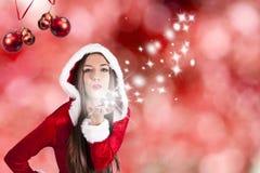 Vrouw die bij Kerstmisachtergrond golven stock afbeeldingen