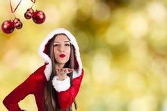Vrouw die bij Kerstmisachtergrond golven royalty-vrije stock fotografie