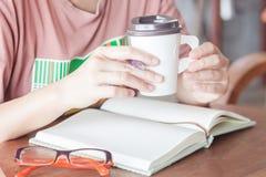 Vrouw die bij koffiewinkel werken Royalty-vrije Stock Foto