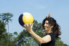 Vrouw die bij Park Horizontaal Volleyball vastspijkert - royalty-vrije stock foto's