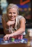 Vrouw die bij roulettelijst gokt Royalty-vrije Stock Foto's
