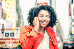 Vrouw die bij telefoon spreken Royalty-vrije Stock Fotografie