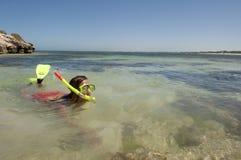 Vrouw die bij tropisch strand snorkelt stock foto