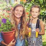 Vrouw die bij tuin werken royalty-vrije stock foto's