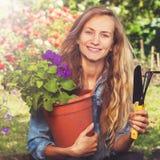 Vrouw die bij tuin werken royalty-vrije stock afbeeldingen